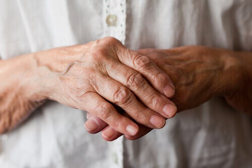yaşlı eller