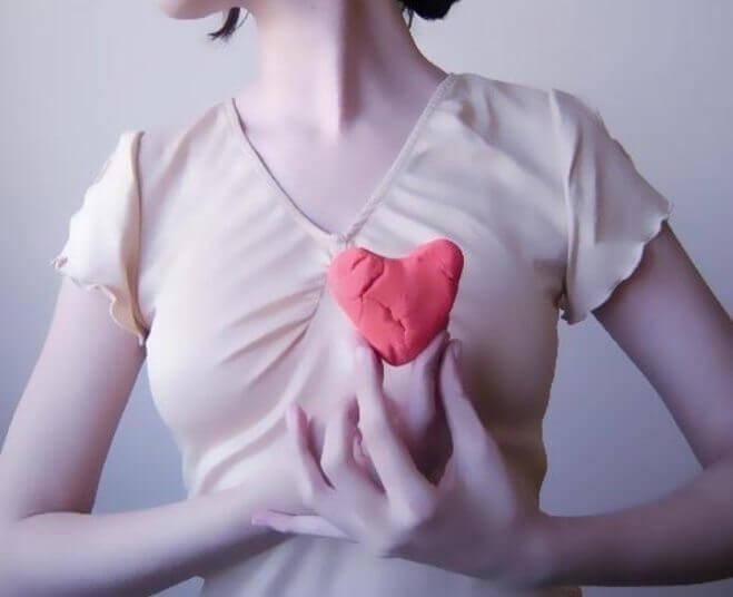 elinde hamurdan kalp tutan kadın