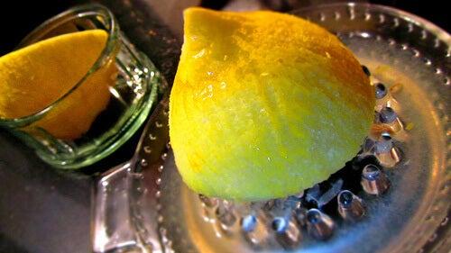 limon sıkacağı iki yarım limon