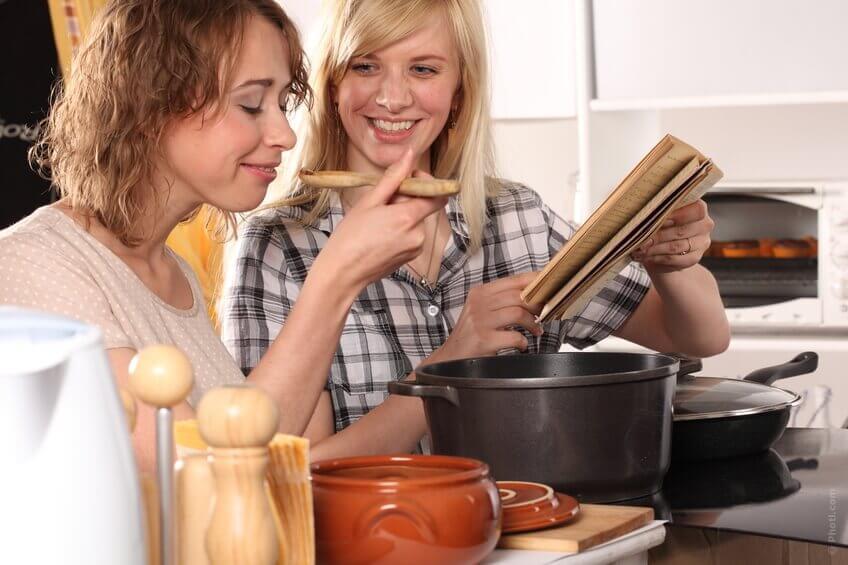 yemek yapan iki kadın