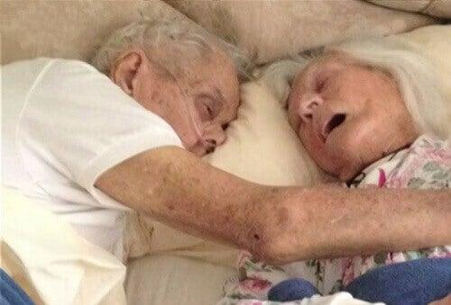 Gerçek Aşk: 75 Yıllık Evli Çift Aynı Yatakta Öldü