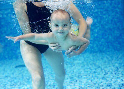 havuzda yüzen bebek