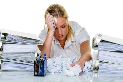 iş stresi olan kadın