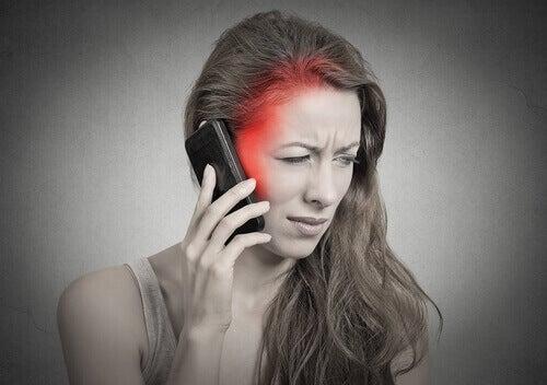 telefonla konuşan kadın