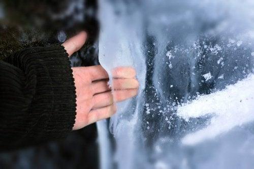 elini buza değdiren adam