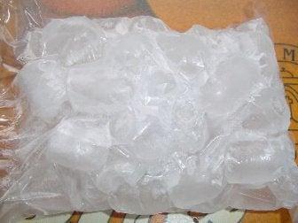 buz poşeti içinde buzlar