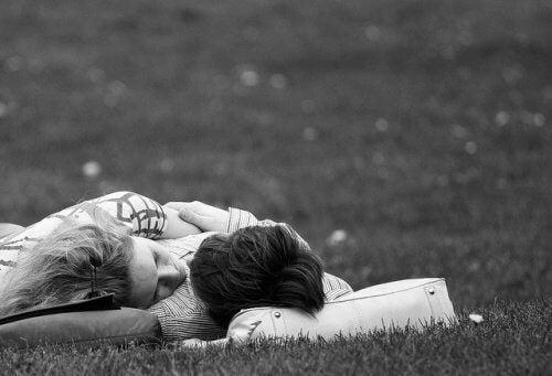 çimlerde yatan çift
