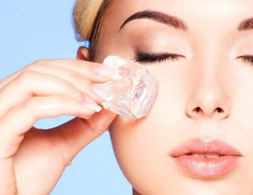 Buz Terapisi ile Yüzünüzü Gençleştirin