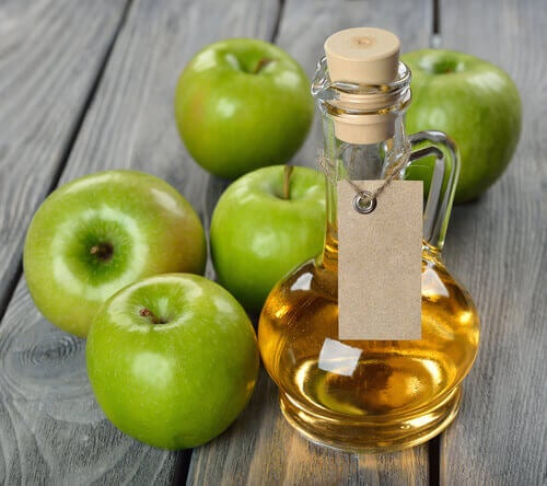 elma sirkesi ve yeşil elmalar