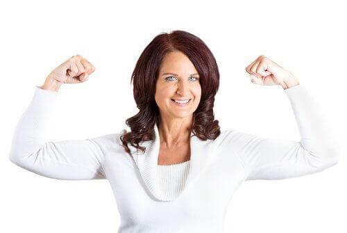 kollarını gösteren kadın