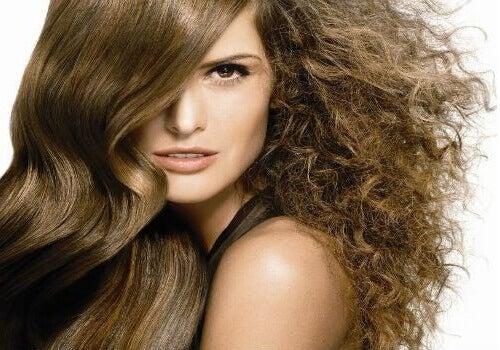 Doğal Ürünlerle Kıvırcık Saçlar Nasıl Yatıştırılır