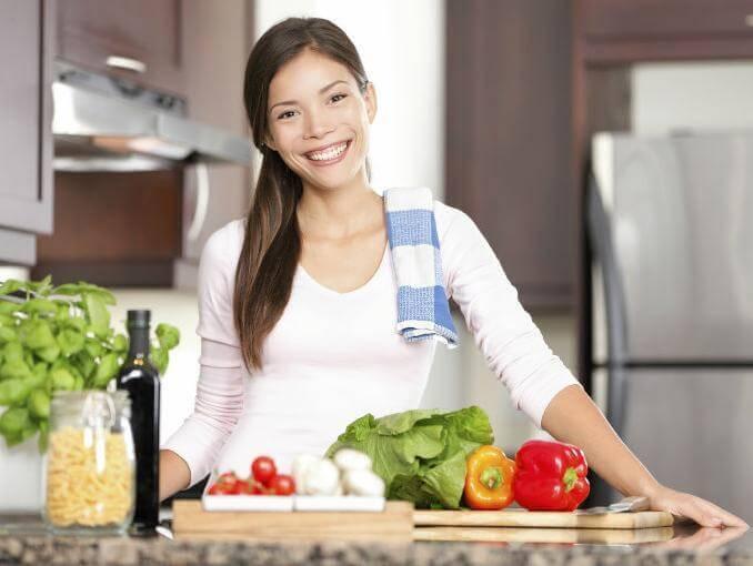 sebzeli kadin mutfakta
