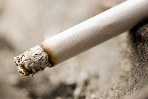 yanan sigara ve külü