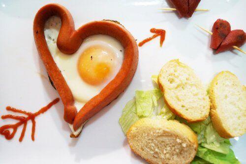 tabak içinde sosisli yumurta ve ekmekler