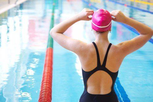 yüzücü yüzme havuzu yarış