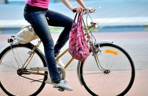 bisiklete binen kadın