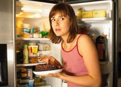 buzdolabından yemek alan kadın