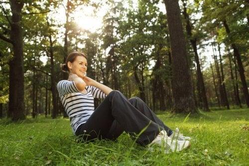 açık havada oturan kadın
