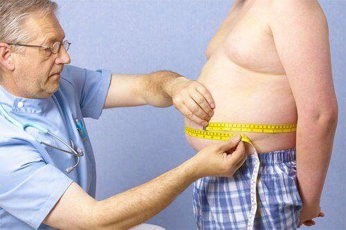 obezite hastasının belini ölçen doktor
