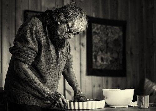 yemek yapan yaşlı