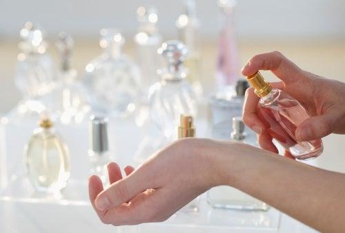 bileğine parfüm sıkan kadın