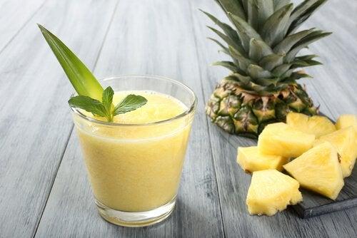 ananasın suyu ve dilimleri