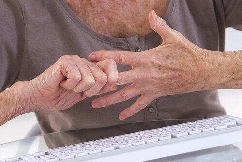 parmaklarını çeken yaşlı