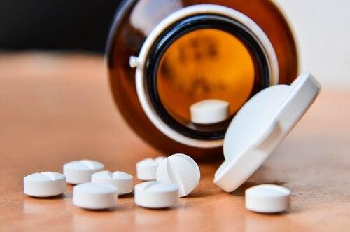 aspirin kutusu ve aspirinler