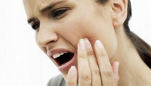 Şiddetli Diş Ağrısını Azaltmak için 10 Doğal Reçete