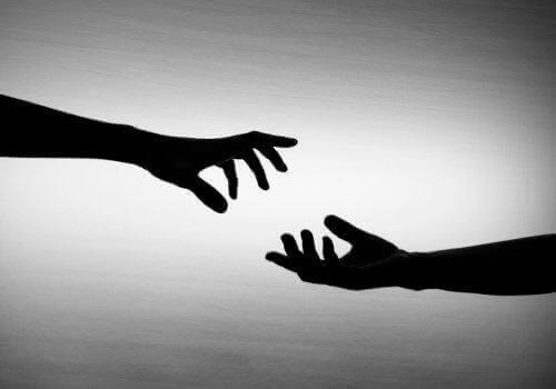 birbirine uzanan iki el