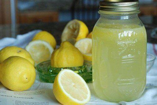 kavanozda limonata ve kesilmiş limonlar