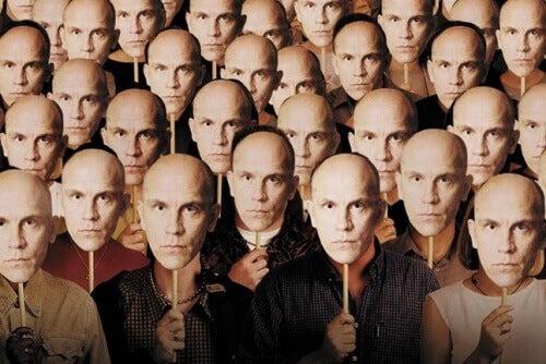 Malkovich maskesi takan insanlar