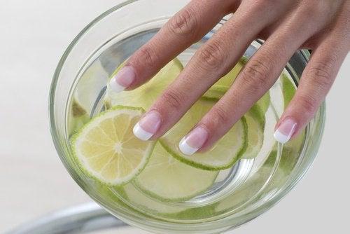 limonun güzellik amaçlı kullanımı tırnak beyazlatma