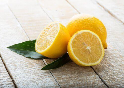 ikiye kesilmiş limonlar