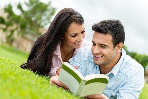 kitap okuyan çift
