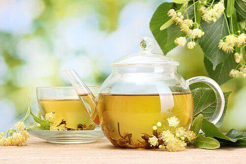 bir demlik ve fincan ıhlamur çayı