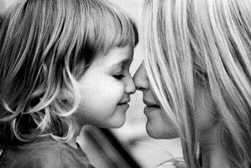 Çocukları Sevgi ile Beslemek Korkularını Azaltır