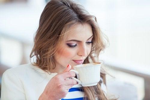 fincan kahve içen kadın
