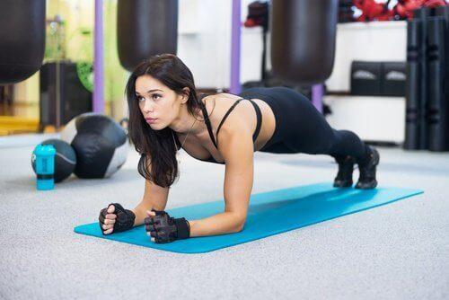 plank hareketi yapan kadın