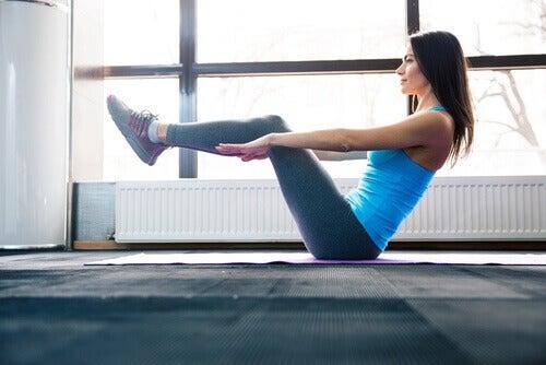 v egzersizi yapan kadın