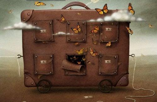 deri çantanın etrafında uçan kelebekler