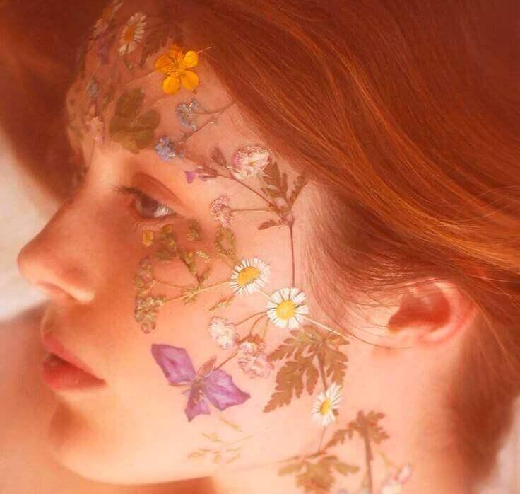yüzünde çiçekler olan kız