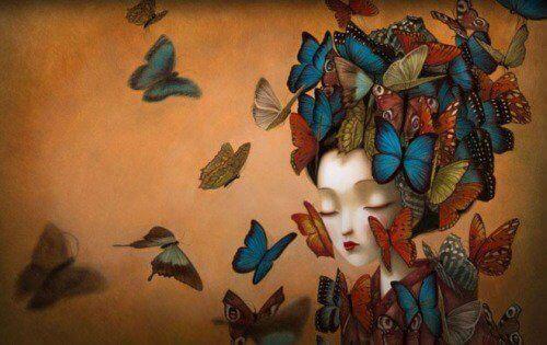 kelebeklerle dolu kadın