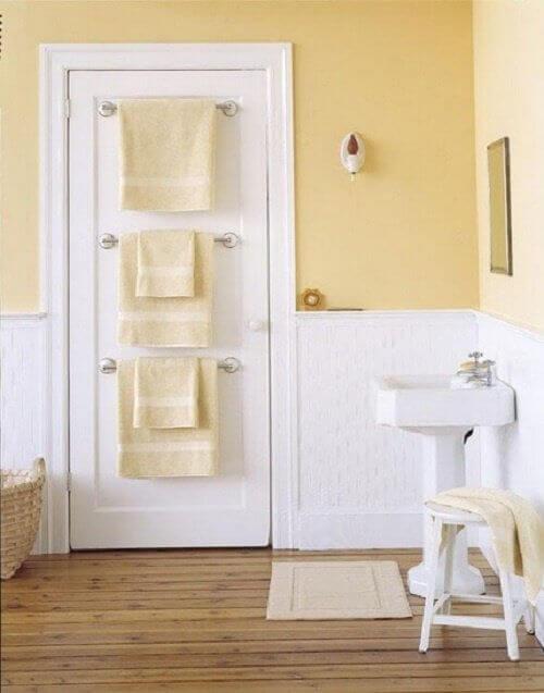 banyoda yer açmak için kapıda askılar