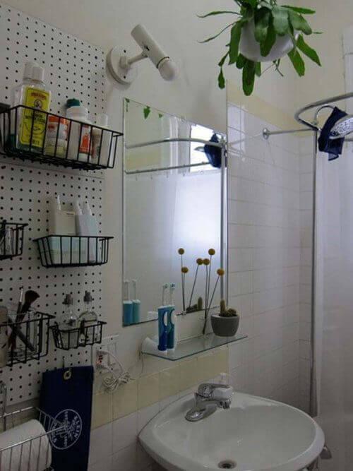 banyoda yer açmak için duvara sepet asmak