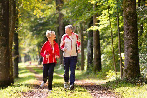 egzersiz yapan yaşlı çift