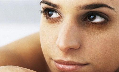 kadının yüzü göz altları