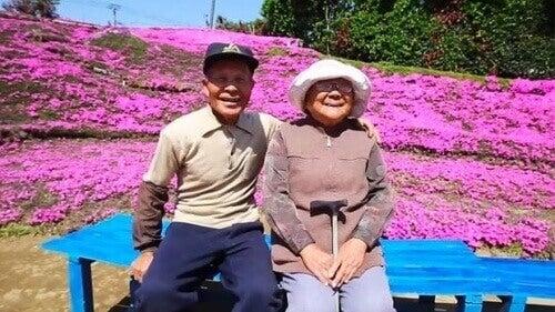Kör Eşine Sevgi Göstermek İçin 1000 Çiçek Eken Adam