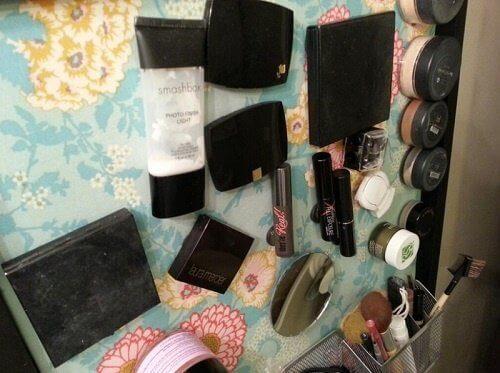 banyoda yer açmak için makyaj malzemeleri mıknatısla