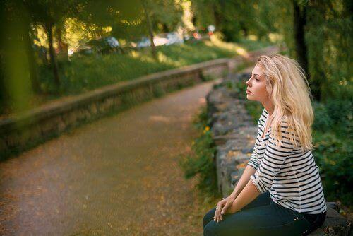 parkta oturan kadın